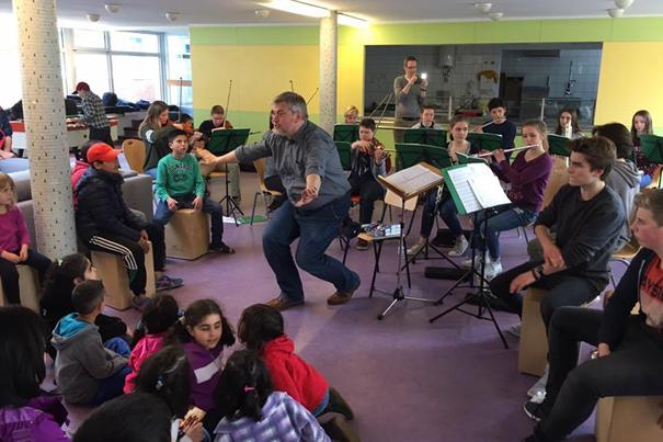 Das Klassenorchester der Sophie-Barat-Schule in der ZEA Grellkamp.